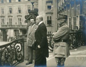 Ministr národní obrany Václav Jaroslav Klofáč (vlevo), prezident republiky T. G. Masaryk a náčelník hlavního štábu gen. Maurice Pellé společně promlouvali z královského balkonu na třetím nádvoří Pražského hradu k manifestačnímu shromáždění, jež se 3. června 1919 sešlo na popud kritické situace na Slovensku ohroženém maďarskou ofenzivou. (VHÚ Praha)