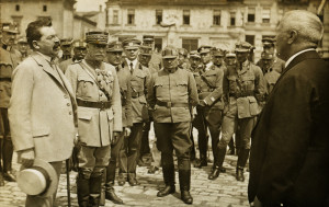 Snímek zachytil ministra národní obrany V. J. Klofáče (vlevo) v Uherském Brodu, kde 19. července 1919 prováděl inspekci armádního sboru polního podmaršálka A. Podhajského. Ministra doprovázel náčelník hlavního štábu gen. Maurice Pellé. (VHÚ Praha)