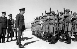 Britský generál Neame při přehlídce československého pěšího praporu 11 – Východního v Jerichu 21. února 1941. Druhý zleva styčný důstojník praporu, Eduard Josef Lobkowicz.