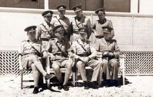 Velitelství československého pěšího praporu 11 – Východního v Agami v Egyptě na jaře 1941. Sedící druhý zleva velitel praporu, podplukovník Karel Klapálek, stojící druhý zleva styčný důstojník praporu, Eduard Josef Lobkowicz.