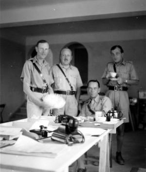 Velitelství československého pěšího praporu 11 – Východního v Agami v Egyptě na jaře 1941. Třetí zleva velitel praporu, podplukovník Karel Klapálek, druhý zleva Eduard Josef Lobkowicz.