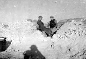 Eduard Josef Lobkowicz (vpravo) s Karlem Klapálkem u pevnůstky S-15 v obklíčeném Tobrúku na podzim 1941.