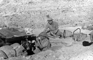 Eduard Josef Lobkowicz za kulometem Vickers v Tobrúku, pravděpodobně počátek roku 1942.