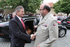 Maršálka polského Sejmu M. Kuchcińského vítá ředitel VHÚ, plk. Aleš Knížek