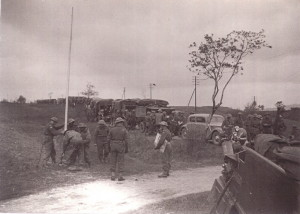 Vojáci Kombinovaného oddílu vztyčují československou vlajku na hranicích republiky v Pomezí nad Ohří 1. května 1945 (VÚA-VHA)