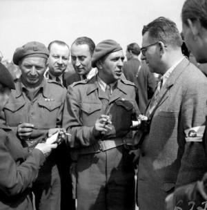 Štábní kapitán Pujman při uvítání Košické vlády po jejím příletu na letiště Kbely 10. května 1945 (VÚA-VHA)