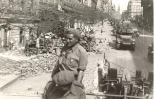 Triumfální defilé Kombinovaného oddílu Prahou 11. května 1945 (VÚA-VHA)