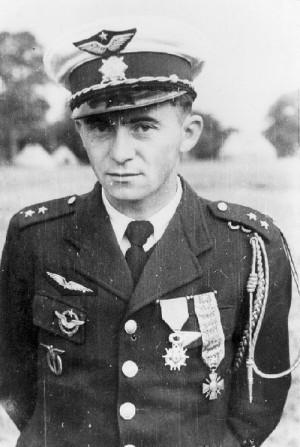 Poručík letectva František Peřina již jako velké eso. Snímek byl pořízen v táboře Cholmondeley v srpnu 1940.