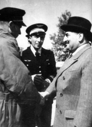 Letiště St. Dizier, 19. května 1940. Francouzský ministr letectví Victor Laurent- Eynac (v civilu) při návštěvě nejúspěšnější francouzské stíhací jednotky, GC I/5. Mjr. J. Murtin (čelem k objektivu) představuje ministrovi F. Peřinu (vlevo z profilu).