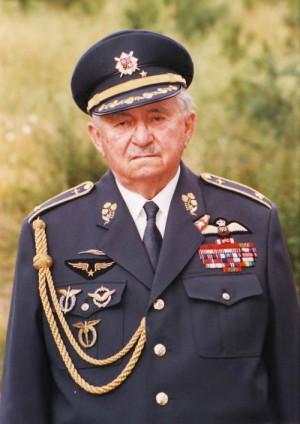 V generálské uniformě několik roků přes smrtí.
