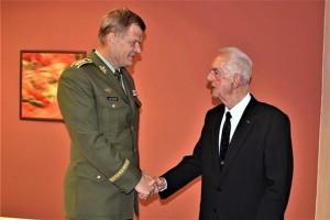 Loni v září generál Karel Pezl oslavil devadesátiny. Při té příležitosti se setkal s náčelníkem Generálního štábu AČR armádním generálem Josefem Bečvářem.