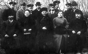 Profesor tělocviku Josef Švec (stojící druhý zleva) s pedagogy dívčího gymnázia v Jekatěrinodaru v roce 1912 (VÚA-VHA)