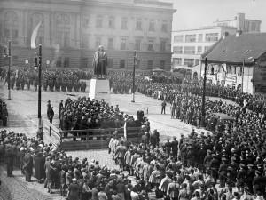 Památník plukovníka Josefa Jiřího Švece v Praze na Pohořelci. Odhalen byl v roce 1934 podle návrhu plukovníkova jmenovce, sochaře Otakara Švece, a architekta Bedřicha Feuersteina. Sochu odstranili nacističtí okupanti v roce 1941. Restituční komise americké armády ji sice po válce nalezla v Bavorsku a vrátila do ČSR, zde ji ale komunistický režim nechal po roce 1949 sešrotovat. (VÚA-VHA)