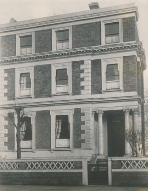 Hotel Český dům Jana Sýkory na Gloucester Street č. 26 v Londýně. Byl zničen za bombardování v době druhé světové války.  (VÚA-VHA)