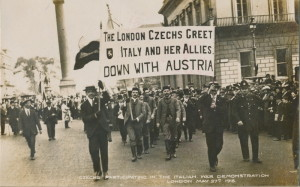 Demonstrace londýnských Čechů 27. května 1915 po vstupu Itálie do první světové války na straně Dohody. Transparent nesou Jan Sýkora (vpravo) a Kamil Wyn.  (VÚA-VHA)