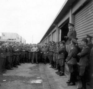 Projev majora duchovní služby Jiří Maria Veselého před nastoupenými, nyní již bývalými vládními vojáky 5. května 1945 ve Florencii