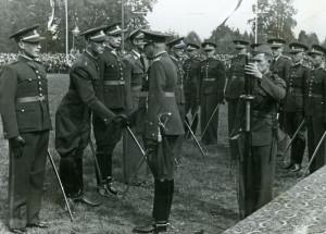 Brig.gen. Otakar Zahálka, velitel Vojenské akademie, s právě vyřazenými novými poručíky. FOTO: VÚA‒VHA