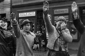 Díky mnichovskému diktátu nakonec henleinovci triumfovali – dojaté sudetské Němky vítají v Chebu Adolfa Hitlera.