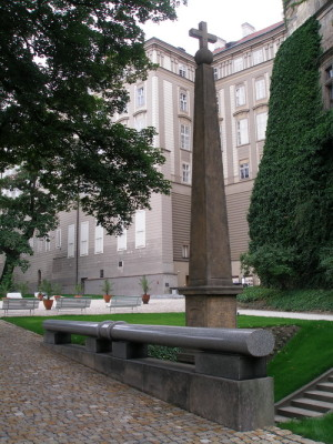 Jeden z barokních sloupů, které označují údajná místa dopadu Slavaty a Martinice v Jižních zahradách Pražského hradu.