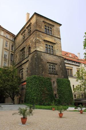 Ludvíkovo křídlo Starého královského paláce Pražského hradu, kde sídlila česká dvorská kancelář – dějiště třetí pražské defenestrace.