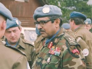 Záběr ze setkání s indickým velitelem mise UNPROFOR generálem Satishem Nambiarem