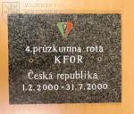 Deska z pomníku 4. průzkumné roty KFOR, která byla umístěna na základně Sekirača.