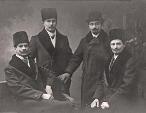 Otakar Husák (druhý zleva) před válkou ve Varšavě mezi kamarády-krajany (VHÚ Praha)