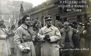 Otakar Husák (uprostřed) při slavnostním uvítání transportu čs. legionářů z Francie. (VHÚ Praha)