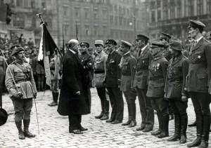Plukovník Otakar Husák, náčelník Vojenské kanceláře prezidenta republiky, při setkání T. G. Masaryka s legionáři 13. dubna 1919 (VÚA–VHA)