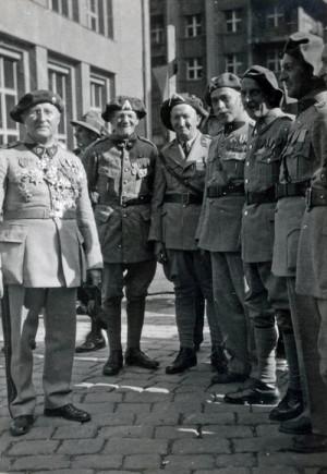 Otakar Husák (vlevo) mezi svými spolubojovníky na setkání příslušníků Kruhu francouzských legionářů, 1947 (VHÚ Praha)