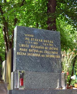 Hrob brig. gen. v. v. Ing. Otakara Husáka na pražských Olšanských hřbitovech (foto T. Kykal)