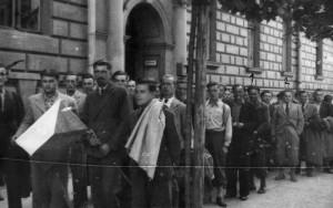 Kromě přípravy domácího ozbrojeného povstání se Obrana národa organizovala odsun vojenských specialistů, především letců, do exilu. Na snímku nástup příslušníků čs. vojenské skupiny v Krakově.