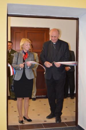 Olomoucký arcibiskup Jan Graubner a senátorka Jitka Seitlová otevírají expozici