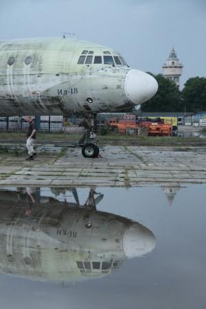 Il-18 před hangárem č. 43
