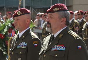 Vpravo náčelník Generálního štábu Armády České republiky generálporučík Aleš Opata