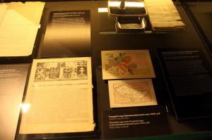 Listiny z roku 1918, v popředí propagační mapy Čs. národní rady v Paříži