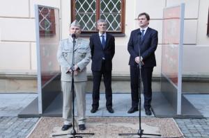 Zleva: spoluautor výstavy, plukovník Michal Burian z VHÚ,  slovenský velvyslanec v České republice Peter Weiss,  vedoucí Úřadu vlády ČR Radek Augustin
