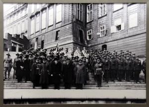 Hradní stráž s prezidentem Masarykem 28. 10. 1928, vojáci mají již nové uniformy vycházející z legionářských vzorů