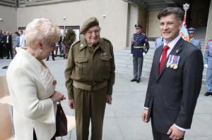 Pětadevadesátiletý Jiří Tomeš, který sloužil u Hradní stráže v letech 1945-47 - vpravo Zdeněk Špitálník, autor výstavy