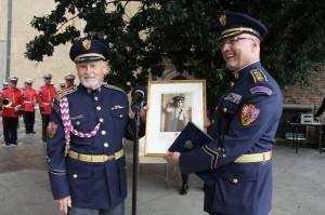 Výtvarník Theodor Pištěk, plukovník v.v., předává Hradní stráži svoji fotografii.