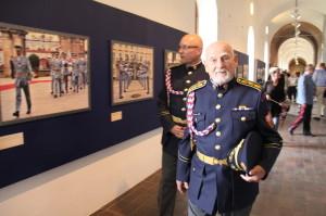 Theodor Pištěk při prohlídce výstavy