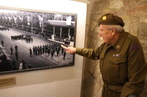 Pětadevadesátiletý Jiří Tomeš, člen Hradní stráže v letech 1945-47, ukazuje, kde stál v roce 1946 na přehlídce čs. jednotky v Británii . Přihlíží král i budoucí královna, Alžběta II.