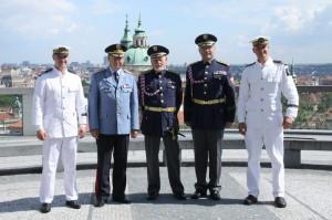 Tři muži uprostřed zleva: náčelník Vojenské kanceláře prezidenta republiky, generálmajor Jan Kaše, plukovník v. v. Theodor Pištěk, současný velitel Hradní stráže, plukovník Jiří Kývala