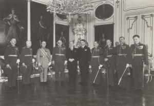 Edvard Beneš, prezident republiky, s Františkem Machníkem, ministrem národní obrany a nejvyššími představiteli čs. branné moci. FOTO: VHÚ Praha