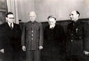 Duben 1943, návštěva u předsedy prezídia Nejvyššího sovětu M. I. Kalinina (druhý zprava) u příležitosti vyznamenání Ludvíka Svobody Leninovým řádem (Píka zcela vpravo)