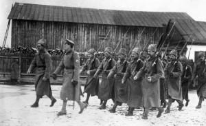 Žitomir, leden 1918. Praporčík Přikryl (druhý zleva) vede frekventanty poddůstojnické školy ze cvičení. (VÚA-VHA)