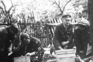 Velitel 2. čs. samostatné paradesantní brigády plukovník Přikryl (druhý zprava) v době bojů v předhůří Karpat v září 1944  (VÚA-VHA)