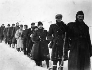 Plukovník Přikryl (zcela vpravo) po porážce Slovenského národního povstání v čele zbytků 2. čs. paradesantní brigády při přechodu Chabence v listopadu 1944 (VÚA-VHA)