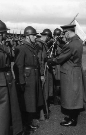 Sdružení bývalých francouzských bojovníků v Béziers a Montpellier věnovalo první rotě československého pěšího pluku 1 rotní praporek. Z rukou generála Viesta 19. února 1940 ji převzal velitel 1. čety poručík Karel Vrdlovec. (VÚA-VHA)