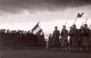 Velitel 1. čety 1. roty pěšího pluku 1 1. československé divize poručík Karel Vrdlovec ve Francii 19. února 1940 (VÚA-VHA)